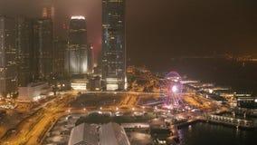 Fantastische nachthorizon met verlichte wolkenkrabbers voorraad Opgeheven mening van Doubai van de binnenstad, de V.A.E Kleurrijk stock video