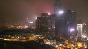 Fantastische nachthorizon met verlichte wolkenkrabbers voorraad Opgeheven mening van Doubai van de binnenstad, de V.A.E Kleurrijk stock videobeelden