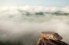Fantastische oude rots op klip Landschaps tropisch boslandschap Mooie mist en lichtblauwe hemelachtergronden Thais-Laos royalty-vrije stock afbeelding