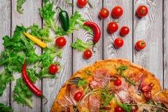 Fantastische pizza met sappige groenten en vlees op een lichte lijstachtergrond Maakt dichtbij pizza groen Eigengemaakt pizzaconc stock foto's