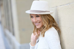 Fantastische reife Mode-Modell-Frau mit Hut Stockfotos