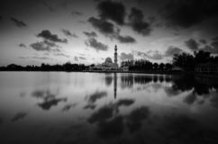 Fantastische Schwarzweiss-Ansicht der schönen Kunst während des Sonnenuntergangs von Moschee Tengku Tengah Zaharah Terengganu M stockfoto