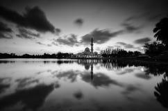Fantastische Schwarzweiss-Ansicht der schönen Kunst während des Sonnenuntergangs von Moschee Tengku Tengah Zaharah Terengganu M stockfotos