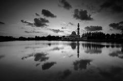 Fantastische Schwarzweiss-Ansicht der schönen Kunst während des Sonnenuntergangs von Moschee Tengku Tengah Zaharah Terengganu M lizenzfreie stockfotos