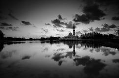 Fantastische Schwarzweiss-Ansicht der schönen Kunst während des Sonnenuntergangs von Moschee Tengku Tengah Zaharah Terengganu M stockbilder