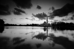 Fantastische Schwarzweiss-Ansicht der schönen Kunst während des Sonnenuntergangs von Moschee Tengku Tengah Zaharah Terengganu M lizenzfreie stockfotografie
