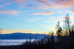 Fantastische Sonnenunterganglandschaft über Vorbergen Stockbild