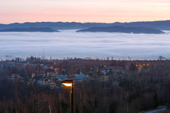 Fantastische Sonnenunterganglandschaft über Vorbergen Lizenzfreies Stockfoto