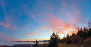 Fantastische Sonnenunterganglandschaft über Vorbergen Stockfotografie