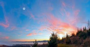 Fantastische Sonnenunterganglandschaft über Vorbergen Lizenzfreie Stockfotografie