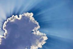 Fantastische Sonnestrahlen schlagen durch die Wolken Stockbilder