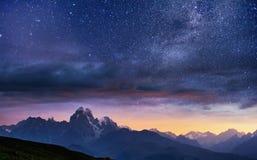 Fantastische sterrige hemel De herfstlandschap en snow-capped pieken Meer Koruldi, Zemo Svaneti, Georgië Mountain View van Onders Royalty-vrije Stock Foto's