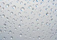 Fantastische Tropfen des Wassers auf Glas Stockfoto