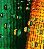 Fantastische Tropfen des Wassers auf Glas lizenzfreie stockfotografie