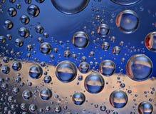 Fantastische Tropfen des Wassers auf Glas lizenzfreies stockfoto