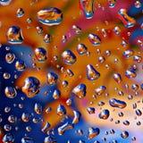 Fantastische Tropfen des Wassers auf Glas stockfotos