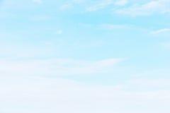 Fantastische weiche weiße Wolken gegen blauen Himmel Lizenzfreies Stockfoto