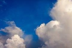 Fantastische weiche weiße Wolken gegen blauen Himmel lizenzfreie stockfotos