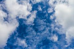 Fantastische weiche weiße Wolken gegen blauen Himmel Stockbild