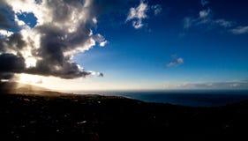 Fantastische weite Ansicht mit Beleuchtung über Teneriffa lizenzfreie stockfotos
