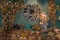 Fantastische winkel in Sant ` Elpidio een Merrie met Kerstmisboom, decoratie, spiegel en Santa Claus Stock Foto's