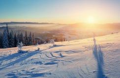Fantastische Winterlandschaft in den Bergen Magischer Sonnenuntergang in a Lizenzfreie Stockfotos
