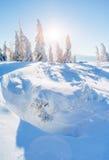 Fantastische Winterlandschaft Magischer Sonnenuntergang in den Bergen ein eisigen Tag Am Vorabend des Feiertags Die drastische Sz Lizenzfreie Stockfotografie