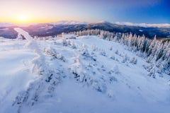 Fantastische Winterlandschaft Magischer Sonnenuntergang in den Bergen ein eisigen Tag Am Vorabend des Feiertags Die drastische Sz Stockbild