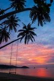 Fantastische Wolken und Sonnenunterganghimmel über der Tropeninsel stockfoto