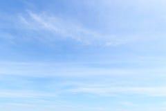 Fantastische zachte witte wolken tegen blauwe hemel Stock Fotografie