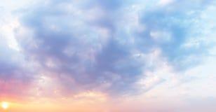 Fantastische zonsonderganghemel in pastelkleuren in schaduwen van purple aan sinaasappel De achtergrond van wolken royalty-vrije stock fotografie