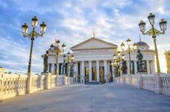 Fantastische zonsopgangmening van Macedonisch archeologisch museum in Skopje stock afbeeldingen