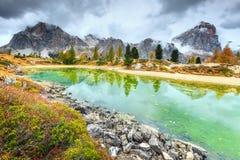 Fantastischer alpiner See mit hohen Spitzen im Hintergrund, Dolomit, Italien Lizenzfreie Stockfotografie