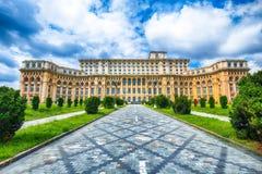 Fantastischer Architektur Palast des Parlaments von Bukarest am sonnigen Tag stockfotografie