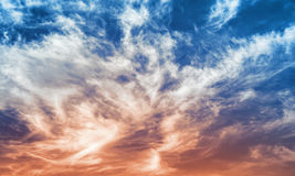 Fantastischer blauer und roter Hintergrund des bewölkten Himmels Stockfoto