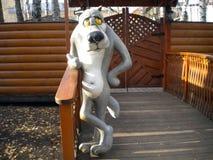 Fantastischer Charakterwolf steht nahe dem Eingang zum Spielplatz stockfotos