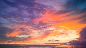 Fantastischer feiner orange und blauer Sonnenaufgang auf dem Strand Stockbilder