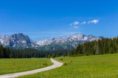 Fantastischer Gebirgszug Ort des Nationalparks berühmter Platz Durmitor, Balkan Das Dorf von Zabljak, Montenegro, Europa stockfoto