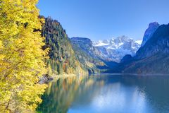 Fantastischer Herbstsonnenschein beleuchtet auf Gebirgssee Gosausee Lizenzfreie Stockfotografie