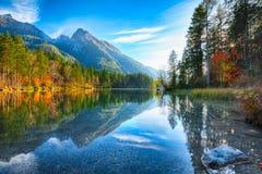 Fantastischer Herbstsonnenuntergang von Hintersee See lizenzfreie stockbilder