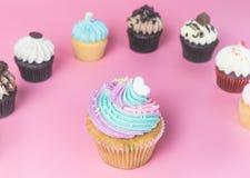 Fantastischer kleiner Kuchen des Regenbogens mit Minikleinem kuchen Lizenzfreie Stockfotos