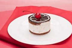 Fantastischer Kuchen mit Kirsche lizenzfreie stockbilder