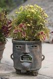 Fantastischer Mayapflanzer mit dem Gesicht gemacht vom Lehm oder vom Stein Stockbilder