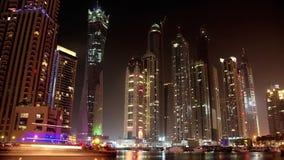Fantastischer Nacht-Dubai-Jachthafen, Vereinigte Arabische Emirate stock footage