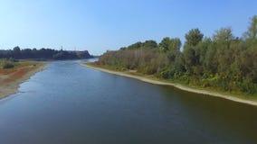 Fantastischer nebeliger Fluss mit frischem Gras im Sonnenlicht Schießen mit dron stock footage