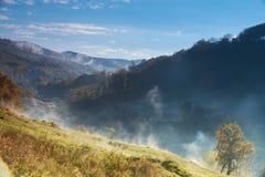 Fantastischer nebeliger Tag und helle drastische Morgenlandschaft Karpaten, Ukraine, Europa Lizenzfreie Stockfotos