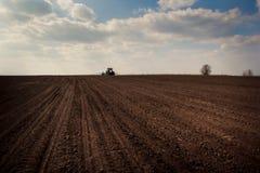 Fantastischer oben genannter gepflogener Feldtraktor des blauen Himmels auf Skylinen Lizenzfreie Stockfotos