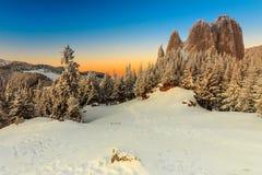 Fantastischer Sonnenuntergang und Winter gestalten, Einsam-Felsen, Karpaten, Rumänien, Europa landschaftlich Lizenzfreie Stockfotos
