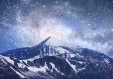 Fantastischer sternenklarer Himmel Schöne Winterlandschaft und Schnee-mit einer Kappe bedeckt Stockfotografie