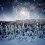Fantastischer sternenklarer Himmel Schöne Winterlandschaft und Schnee-mit einer Kappe bedeckt Stockfoto